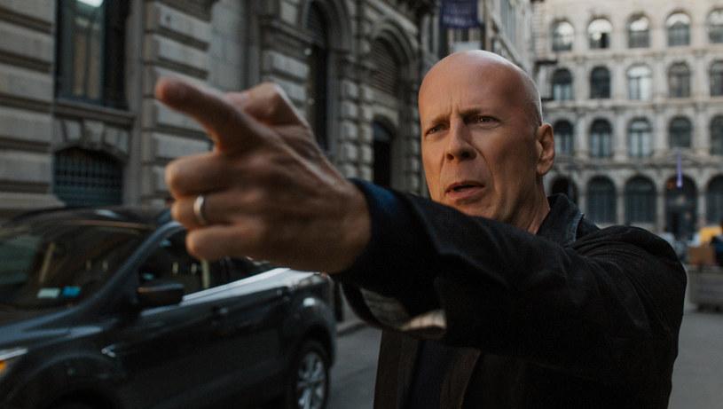 """Kinomani pamiętają na pewno kultowe """"Życzenie śmierci"""" z 1974 roku, z Charlesem Bronsonem w roli głównej. W nowej wersji filmu - w kinach od 13 kwietnia - w postać mściciela Paula Kerseya wciela się Bruce Willis."""