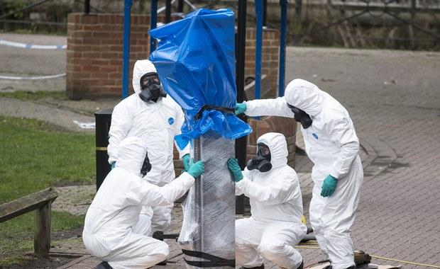 """Dziennik """"The Times"""" poinformował w czwartek, powołując się na źródła w służbach bezpieczeństwa, że brytyjscy śledczy zidentyfikowali rosyjskie laboratorium, w którym wyprodukowano substancję chemiczną nowiczok użytą do próby zabójstwa Siergieja Skripala. Brytyjska gazeta zaznaczyła, że do nieformalnej identyfikacji doszło w pierwszych dniach po ataku na początku marca. """"Zanim doszło do pierwszego spotkania Cobry (rządowego sztabu kryzysowego - PAP) wiedzieliśmy, że istnieje olbrzymie prawdopodobieństwo, że (użyta substancja) pochodziła z Rosji"""" - powiedziało źródło cytowane przez """"Timesa""""."""