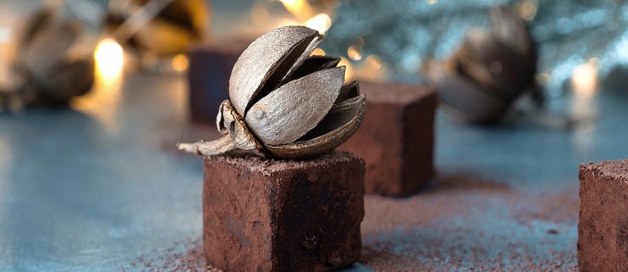 """Naukowcy Pennsylvania State University przekonują, że można zjeść czekoladowe ciastko i mieć ciastko. Na łamach czasopisma """"Food Chemistry"""" opisują nowe procedury palenia ziaren kakaowca, które bez zmiany smaku pozwalają lepiej zachować w nim cenne dla zdrowia substancje, w tym polifenole o silnie przeciwutleniającym działaniu. Wcześniejsze prace wskazywały na to, że palenie musi obniżać poziom polifenoli. Autorzy najnowszej pracy twierdzą, że można temu zapobiec, a czekolada - oczywiście gorzka i bez nadzienia - może być dla naszego zdrowia korzystna."""