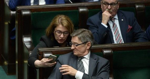 """""""Jako parlamentarzyści nie pobieraliśmy nagród, mamy świadomość, że sprawa nagród - które wypłacono ministrom - rzutuje na sondaże, podejmiemy niebawem taką decyzję, która myślę, że zakończy całą dyskusję na temat nagród"""" - powiedziała rzeczniczka PiS, wicemarszałek Sejmu Beata Mazurek. Tak odpowiedziała na pytanie, czy Jarosław Kaczyński wiedział o nagrodach wypłaconych członkom poprzedniej Rady Ministrów, z których część jest ministrami również obecnego rządu."""