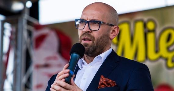 """Jest już pierwszy polityk, który dostał po kieszeni """"za naruszenie powagi Sejmu"""". Zbyt często przerywał wystąpienie szefa MSZ - pisze piątkowa """"Rzeczpospolita""""."""