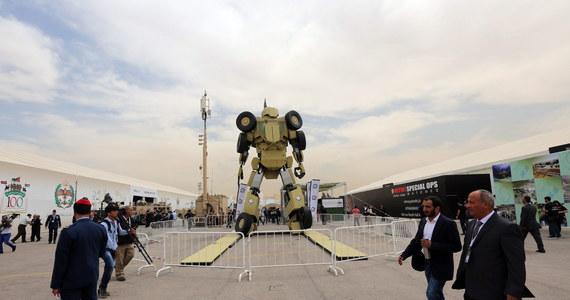 """Południowokoreańscy naukowcy opracowują armię robotów, która może zniszczyć ludzkość - tak twierdzą światowi eksperci od sztucznej inteligencji. Według nich naukowcy z Koreańskiego Instytutu Zaawansowanej Nauki i Technologii (Kaist) Uniwersytetu Południowokoreańskiego we współpracy z firmą zbrojeniową Hanwha Systems potajemnie pracują nad autonomicznymi """"robotami-mordercami"""", korzystającymi ze sztucznej inteligencją."""