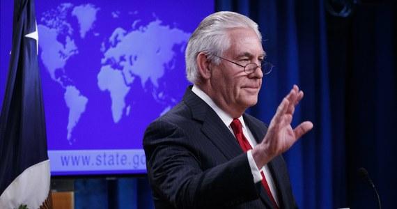 """Rex Tillerson podczas krótkiego okresu sprawowania urzędu sekretarza stanu USA wydał na prywatnych konsultantów 12 mln dolarów. Niektórzy z konsultantów pobierali honoraria w wysokości 300 USD za godzinę - twierdzi portal Politico.Tillerson, który miał długoletnie doświadczenie jako szef koncernu ExxonMobil, jednego z największych na świecie, zatrudnił prywatnych doradców w celu """"restrukturyzacji"""" amerykańskiego resortu dyplomacji."""