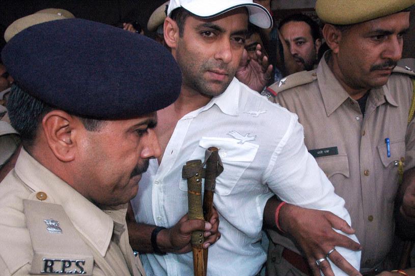 Gwiazdor Bollywood, Salman Khan, został skazany w czwartek, 5 kwietnia, w powtórnym procesie na pięć lat więzienia za upolowanie w 1998 roku pary indyjskich antylop, będących pod ochroną jako gatunek zagrożony.