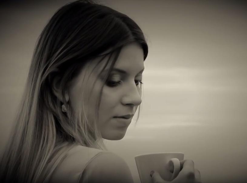 """Prawie 21-letnia wokalistka Klaudia Kulawik prezentuje swój autorski debiut w postaci piosenki """"Follow Me"""". Dekadę wcześniej błysnęła w programie """"Mam talent"""" z piorunującą interpretacją przeboju """"Dziwny jest ten świat"""" Czesława Niemena."""