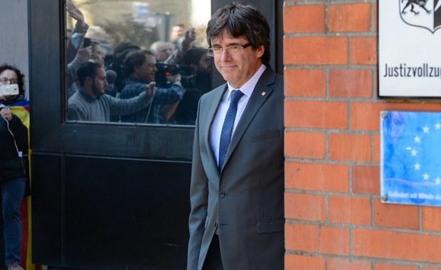 Były premier Katalonii Carles Puigdemont opuścił w piątek więzienie w Neumuenster (Szlezwik-Holsztyn), gdzie przebywał w oczekiwaniu na decyzję sądu w sprawie jego aresztu ekstradycyjnego.