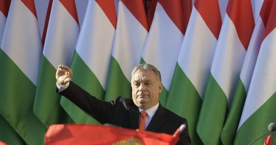 W niedzielnych wyborach rządząca na Węgrzech koalicja Fideszu i Chrześcijańsko-Demokratycznej Partii Ludowej (KDNP) zdobyła 133 miejsca w parlamencie, co oznacza większość 2/3 mandatów - wynika z danych Narodowego Biura Wyborczego po przeliczeniu 98,5 proc. głosów.