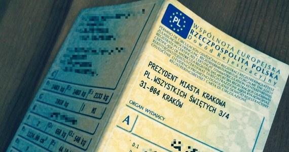 """Zbliża się koniec mandatów za brak papierowej wersji dowodu rejestracyjnego i polisy OC. Zamiast tego policja sprawdzi dane o pojeździe w systemie informatycznym - pisze """"Dziennik Gazeta Prawna""""."""