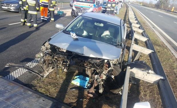 Wyglądało to bardzo groźnie, ale na szczęście nikt nie ucierpiał. Na opolskim odcinku autostrady A4 na wysokości Niemodlina kierowca samochodu osobowego stracił panowanie nad autem i uderzył w barierki oddzielające jezdnie.