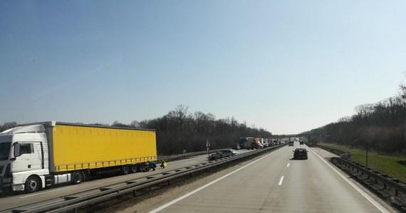 W korku utknęli kierowcy na dolnośląskim odcinku autostrady A4 po wypadku między węzłami Kostomłoty i Kąty Wrocławskie. Zator ma około ośmiu kilometrów długości. Zderzyły się tam trzy auta osobowe i ciężarówka.