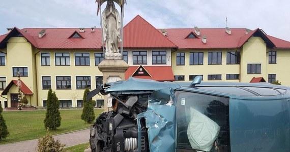 """To mogło skończyć się masakra – mówią mieszkańcy Michalczowej na Sądecczyźnie, gdzie w niedzielę doszło do groźnie wyglądającego wypadku. Pijany kierowca stracił panowanie nad samochodem, wjechał w barierki ochronne znajdujące się przy szkole podstawowej i """"zatrzymał się"""" tuż przed figurką Matki Boskiej. Gdyby nie przedłużająca się msza, chodnikiem szedłby tłum – podkreślają mieszkańcy."""