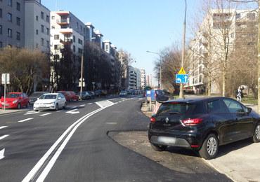 Drogowy absurd na ulicach Warszawy. Niczym z filmów Barei
