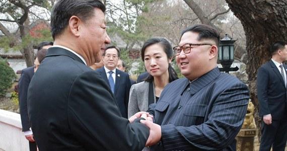 """Prezydent Chin Xi Jinping przekazał Kim Dzong Unowi dużą ilość luksusowych darów, za które północnokoreański dyktator kupuje lojalność swoich stronników w kraju - podał japoński tygodnik """"Nikkei Asian Review"""", powołując się na anonimowe źródła."""