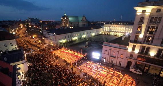 """""""Narodowe rekolekcje"""". Tak przez wielu nazywany był czas smoleńskiej żałoby. W pierwszych dniach i tygodniach po dramacie, który rozegrał się 10 kwietnia 2010 roku w Smoleńsku, z wielu stron było słychać nawoływania do pojednania i umacniania polskich więzi. Namawiali do tego m.in. biskupi. Jak dziś – po ośmiu latach – brzmią tamte apele?"""