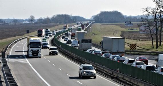 Amerykańscy żołnierze mieli o poranku kolizję na autostradzie A4 pod Wrocławiem. Zderzyły się tam dwie ciężarówki, niegroźnie ucierpiała jedna osoba. Sygnał w tej sprawie dostaliśmy na Gorącą Linię RMF FM.
