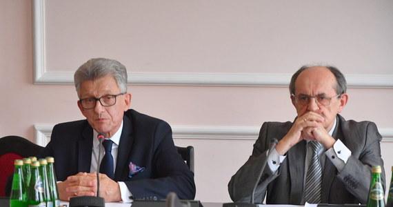 Sejmowa komisja sprawiedliwości pozytywnie zaopiniowała projekt nowelizacji ustawy o Sądzie Najwyższym. Zakłada on wprowadzenie pełnej niezależności finansowej Izby Dyscyplinarnej i ma zabezpieczyć przed ewentualnymi trudnościami w powołaniu nowego I prezesa Sądu Najwyższego. Zdaniem opozycji, projekt posłów PiS to kolejny etap przejmowania kontroli nad sądownictwem. Politycy Nowoczesnej domagali się odroczenia prac, do czasu osiągnięcia kompromisu pomiędzy rządem a Komisją Europejską w sprawie reformy sądownictwa.