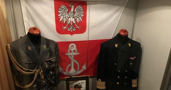 """""""To dla nas szczególnie ważne miejsce"""" - tak marynarze z ORP Błyskawica mówią o gablocie poświęconej admirałowi Andrzejowi Karwecie, dowódcy Marynarki Wojennej, który 8 lat temu zginął w katastrofie smoleńskiej. Jest w niej między innymi mundur, który Andrzej Karweta zabrał ze sobą na obchody rocznicy zbrodni katyńskiej."""