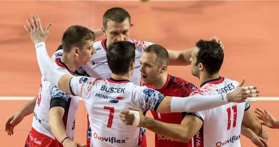 Siatkarze Zaksy Kędzierzyn-Koźle pokonali na wyjeździe VfB Friedrichshafen 3:0 (25:19, 25:18, 25:13) w meczu rewanżowym drugiej rundy play off Ligi Mistrzów i awansowali do turnieju finałowego. Tydzień wcześniej mistrzowie Polski wygrali u siebie 3:2.