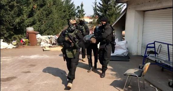 Dwóch mężczyzn podejrzanych o uwięzienie i zmuszanie do niewolniczej pracy 55-latka w Dolnej Grupie niedaleko Grudziądza trafiło do aresztu. Podejrzani, którzy usłyszeli m.in. zarzuty handlu ludźmi, spędzą w areszcie minimum trzy miesiące.