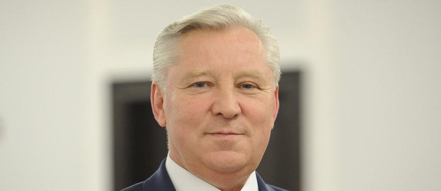 Senator Jan Dobrzyński został zawieszony w prawach członka partii oraz klubu PiS - poinformował na Twitterze szef Komitetu Wykonawczego PiS Krzysztof Sobolewski. W niedzielę polityk prawdopodobnie przewrócił się na schodach na Dworcu Centralnym w Warszawie. Miał 3 promile alkoholu.