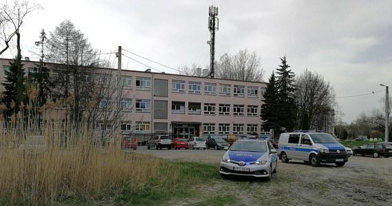 """""""Pracownicy wycinający krzewy niedaleko budynku szkoły podstawowej nr 40 przy ulicy Pszczelnej w Krakowie znaleźli coś co może przypominać granatu"""" - przyznaje w rozmowie z dziennikarzem RMF MAXXX Sebastian Gleń rzecznik prasowy małopolskiej policji. Z informacją o niewybuchu zadzwonili do nas zaniepokojeni mieszkańcy Ruczaju. Po kilku godzinach akcji saperzy wywieźli granat."""