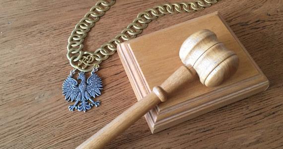 """Sejmowa komisja sprawiedliwości i praw człowieka poparła poprawkę, zgodnie z którą pierwsze posiedzenie Krajowej Rady Sądownictwa - po zwolnieniu stanowiska przewodniczącego Rady - może zwołać najstarszy wiekiem członek Rady będący sędzią lub sędzią w stanie spoczynku. Ponadto sejmowa komisja przyjęła poprawki, których efektem jest """"wyłączenie Prezydenta RP z całej procedury"""" wyrażania zgody na dalsze sprawowanie urzędu przez sędziego po osiągnięciu przez niego wieku, w którym przechodzi w stan spoczynku i przekazanie tej kompetencji KRS."""