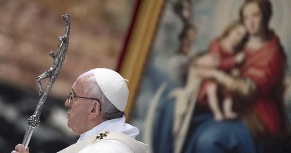 """Papież Franciszek w liście do biskupów Chile przyznał, że doszło do """"poważnych błędów"""" w ocenie sytuacji wokół skandalu pedofilii w Kościele w tym kraju i zarzutów tuszowania takich czynów. """"Odczuwam ból i wstyd"""" - podkreślił papież i poprosił o przebaczenie."""