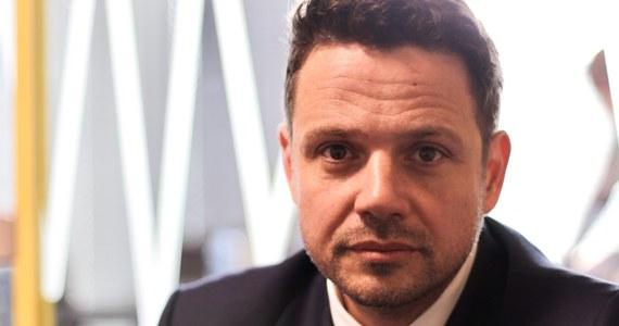 """""""Ten pomnik został postawiony z łamaniem prawa"""" - powiedział kandydat na prezydenta Warszawy Rafał Trzaskowski, pytany w Porannej rozmowie w RMF FM o odsłonięty we wtorek w Warszawie pomnik ofiar katastrofy smoleńskiej. """"Złamane były wszystkie możliwe ustawy, które regulują to miejsce"""" - dodał. """"Jeżeli Prawo i Sprawiedliwość będzie postępowało w ten sposób, że będzie anulować wszystkie decyzje samorządu, od planu zagospodarowania poprzez przejmowanie ulic i placów, to wtedy samorząd pozostaje wydmuszką. Zgodzić się na to nie można"""" - podkreślił gość Roberta Mazurka. Dopytywany o to, co zrobi ws. pomnika jako ewentualny prezydent Warszawy - razem z Platformą Obywatelską - odparł: """"Zapytamy warszawiaków o ich zdanie"""". Nie wykluczył przeprowadzenia referendum. W studiu RMF FM Trzaskowski był też pytany o to, ile powinien zarabiać minister i poseł. """"Najlepiej by było, żeby zarabiał tyle, ile w tej chwili zarabia i nie byłoby emocji"""" - stwierdził. Jego zdaniem, zostały one """"wzburzone tym, że Polacy zrozumieli, że PiS próbowało pod stołem wypłacić drugą pensję"""". """"Tu nie chodziło o premie"""" – kontynuował gość rozmowy. """"Gdyby premię dostała pani minister Rafalska za """"500+"""" i PiS by powiedział: 'pani minister pracowała w sposób wyjątkowy i dostaje premię', nikt by nawet okiem nie mrugnął (…). Natomiast jeżeli wszyscy ministrowie dostają olbrzymie pensje i jeszcze PiS próbuje to ukrywać, to zbudowało te emocje"""" – wyjaśnił Trzaskowski. Uznał, że partia rządząca powinna się z tego rozliczyć, wówczas """"będziemy rozmawiali, co dalej""""."""