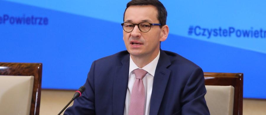 """Chcemy oddać naszym dzieciom Polskę w stanie lepszym pod wieloma względami, również z czystszym powietrzem i my to na pewno zrobimy - zapewnił premier Mateusz Morawiecki. Dodał, że będzie uczestniczył w pracach komitetu Czyste Powietrze, ponieważ - jak twierdzi - traktuje te sprawy """"z najwyższym priorytetem""""."""