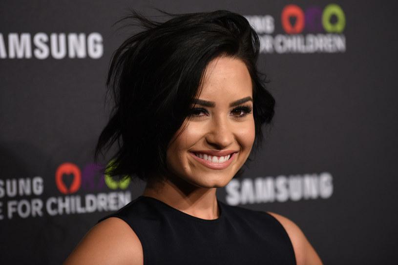 Demi Lovato wróciła do swoich nałogów? Dyskusja w środowisku fanów wokalistki wybuchła po tym, jak ci zobaczyli jej zdjęcie, na którym miała trzymać piwo. Sama zainteresowana szybko wyjaśniła zamieszanie.
