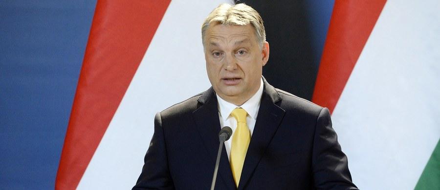 Parlament Europejski zaprezentował na posiedzeniu komisji wolności obywatelskich projekt rezolucji, w którym wzywa do uruchomienia wobec Węgier art. 7 traktatu UE. Rządza partia Fidesz określiła to jako kolejny frontalny atak na Węgry.