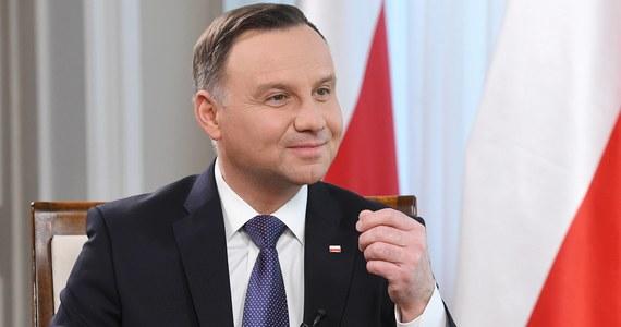 """Prezydent opowiada się za zmianą w konstytucji wprowadzającą prawną ochronę ojcostwa - podaje piątkowa """"Rzeczpospolita""""."""