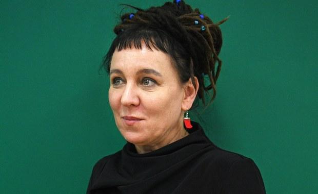 """Książka """"Bieguni"""" Olgi Tokarczuk w tłumaczeniu Jennifer Croft, pierwsza powieść polskiej autorki przełożona na język angielski, znalazła się wśród sześciu pozycji nominowanych do prestiżowej Międzynarodowej Nagrody Bookera. Międzynarodowa Nagroda Bookera to prestiżowe literackie wyróżnienie przyznawane w Wielkiej Brytanii autorowi najlepszej książki przetłumaczonej na język angielski. Już samo znalezienie się w gronie finalistów jest uważane za wielki zaszczyt. Główna nagroda w wysokości 50 tys. funtów przeznaczona jest do podziału po równo dla autora i tłumacza."""