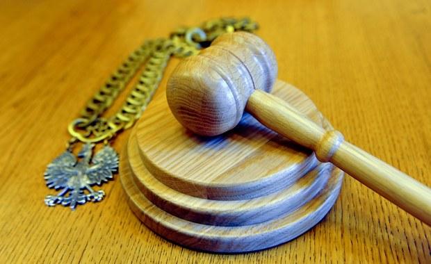 Uchwalona wczoraj przez Sejm w pośpiechu ustawa, która ma odblokować działanie Krajowej Rady Sądownictwa, znowu rządzącym nie wyszła. Przepis, mający umożliwić zwołanie KRS jej najstarszemu wiekiem członkowi, napisany z myślą o reprezentującym w niej Prezydenta Wiesławie Johannie sformułowano tak, że można mieć poważne wątpliwości, czy KRS nie powinien zwoływać on, ale… Teresa Kurcyusz-Furmanik.
