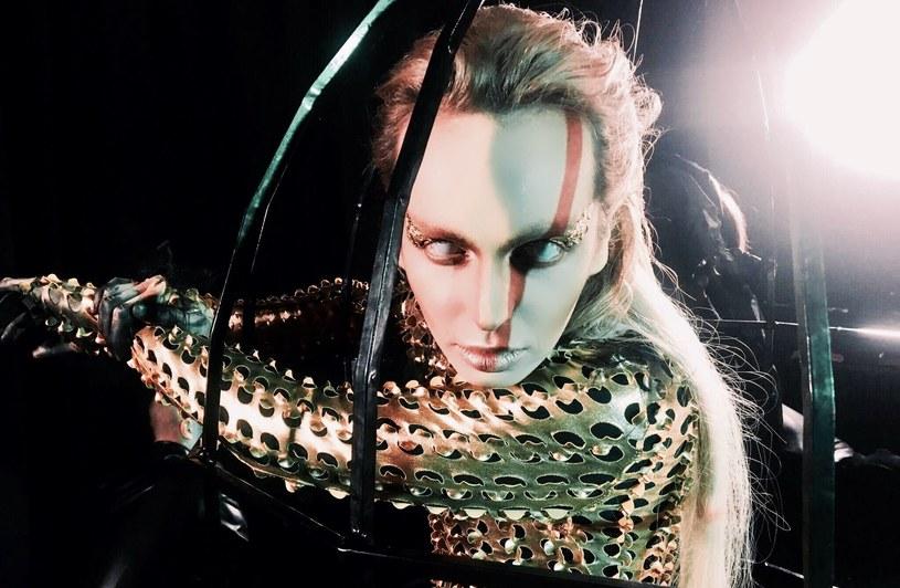 """Utworem """"QrVa"""" pewien etap w życiu zamyka Madox, jeden z najbardziej charakterystycznych uczestników drugiej edycji programu """"Mam talent"""" (2009)."""