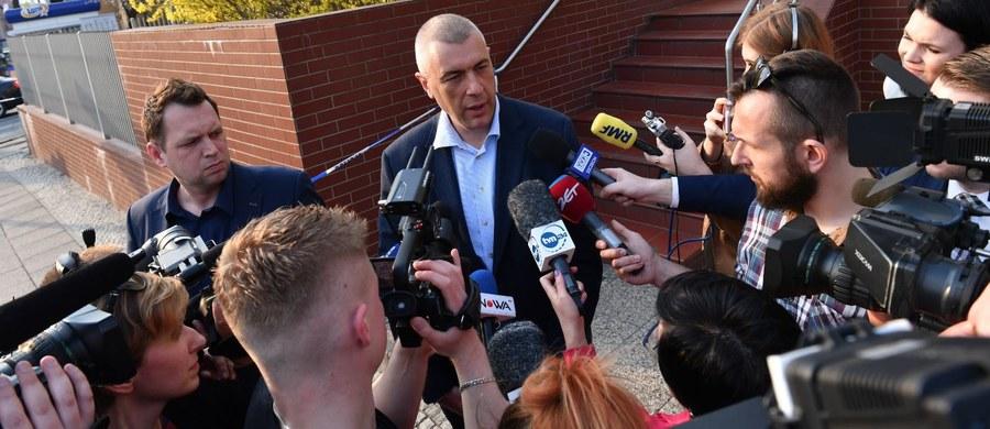 """""""To skoordynowanie akcji wobec rodziny pana posła ma bezpośredni związek z działaniami politycznymi wobec jego osoby"""" - powiedział tuż po godzinie 18 w piątek, po wyjściu z prokuratury w Szczecinie, mecenas Roman Giertych. Jest on pełnomocnikiem posła PO Stanisława Gawłowskiego, którego przesłuchanie trwało około sześciu godzin. """"Nie wiem, gdzie został zabrany"""" - stwierdził Giertych. I jak dodał """"prawdopodobnie do izby zatrzymań"""". Polityk PO usłyszał pięć zarzutów korupcyjnych. Do wszystkich się odniósł, ale do żadnego nie przyznał. Prokuratura Krajowa nie poinformowała, czy skierowała do sądu wniosek o areszt. Ma na to 48 godzin."""