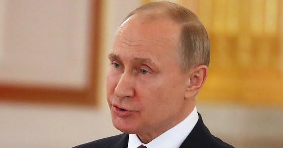 """Prezydent Rosji Władimir Putin nazwał w sobotę naloty koalicji zachodniej w Syrii """"aktem agresji przeciwko suwerennemu państwu"""". Oświadczył również, że działania USA """"pogłębiają katastrofę humanitarną w Syrii"""" i mogą wywołać nową falę uchodźców z tego kraju. Putin poinformował, że Rosja żąda pilnego zwołania posiedzenia Rady Bezpieczeństwa ONZ w sprawie Syrii. Celem jest - jak to ujął - """"omówienie agresywnych działań USA i ich sojuszników"""". """"Rosja w najpoważniejszy sposób potępia atak na Syrię"""" - podkreślił. Dodał, że w Syrii """"wojskowi rosyjscy pomagają prawowitemu rządowi w walce z terroryzmem""""."""