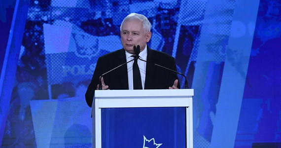 """Zaczynamy dziś wielką drogę po Polsce i wielką rozmowę z Polakami; trwa dobra zmiana, ale trzeba ją nieustannie podtrzymywać, podtrzymywać poparcie dla niej, bo w życiu poltiycznym nic nie jest dane raz na zawsze - oświadczył prezes PiS Jarosław Kaczyński. W Warszawie odbyła konwencja Prawa i Sprawiedliwości oraz Zjednoczonej Prawicy pod hasłem """"Polska jest jedna"""". Wzięli w niej udział - poza liderem PiS - premier Mateusz Morawiecki, szef Solidarnej Polski Zbigniew Ziobro oraz przewodniczący Porozumienia Jarosław Gowin."""