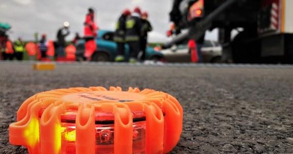 Tragedia na drodze w miejscowości Sitne w powiecie wołomińskim. 22-letni kierowca uderzył autem w jadącą rowerami czteroosobową rodzinę. Na miejscu zginęła 43-letnia kobieta, mimo reanimacji zmarła również jej 6-letnia córka. 8-latka i ojciec dziewczynek walczą o życie w szpitalu. Kierowca opla był trzeźwy.