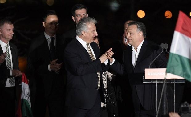 Rządząca koalicja konserwatywnego Fideszu i Chrześcijańsko-Demokratycznej Partii Ludowej (KDNP) zdobyła większość 2/3 mandatów w wyborach parlamentarnych 8 kwietnia na Węgrzech - powiadomiło Narodowe Biuro Wyborcze (NVI).