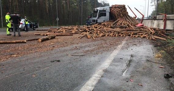 Zablokowana obwodnica Opola w kierunku Strzelec Opolskich. Na skrzyżowaniu ulicy Częstochowskiej z obwodnicą zderzyły się samochód osobowy i ciężarówka przewożąca drewno, które wysypało się na jezdnię. Informację i zdjęcia oraz film z miejsca zdarzenia dostaliśmy na Gorącą Linię RMF FM.