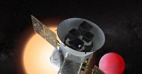 NASA rozpoczyna kolejny etap poszukiwania planet pozasłonecznych. Po północy polskiego czasu z Kennedy Space Center na przylądku Canaveral na Florydzie ma wystartować nowa sonda TESS (Transiting Exoplanet Survey Satellite), które przez dwa lata będzie odkrywać kolejne układy planetarne. Jak sama nazwa wskazuje TESS będzie szukać planet pozasłonecznych obserwując chwilowe spadki jasności gwiazd, wokół których krążą. W ten właśnie sposób kosmiczny teleskop Keplera odkrył już około 2,5 tysiąca takich planet.