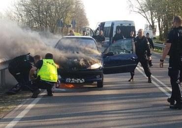 Mazowieckie: Policjanci uratowali młodych ludzi z płonącego auta