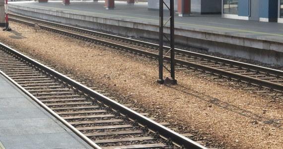 Wypadek na przejeździe kolejowym w Pamiątkowie koło Szamotuł w Wielkopolsce. Dwie osoby zostały ranne.