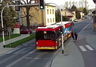 """Pchnęła koleżankę wprost pod jadący autobus.  """"Wygłupy"""" nagrały kamery monitoringu"""