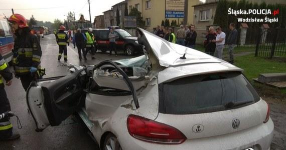 Auto jest kompletnie zniszczone, ale 21-letni kierowca na szczęście przeżył. Do bardzo groźnego wypadku doszło w Wodzisławiu Śląskim: osobówka zderzyła się tam z koparką. 21-latek trafił do szpitala.