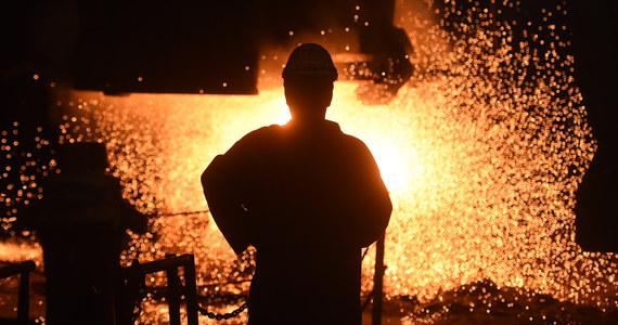 """Unia Europejska stara się o odszkodowania od Stanów Zjednoczonych za ich cła importowe na stal i aluminium - wynika z opublikowanej w poniedziałek skargi do Światowej Organizacji Handlu (WTO). Waszyngton twierdzi, że cła te nie są sprzeczne z regułami WTO. Bruksela jednak, idąc w ślady Chin, ogłosiła, że nie uznaje uzasadnienia amerykańskich ceł względami """"bezpieczeństwa narodowego"""", gdyż - jej zdaniem - rzeczywisty powód ich wprowadzenia to ochrona własnego przemysłu."""