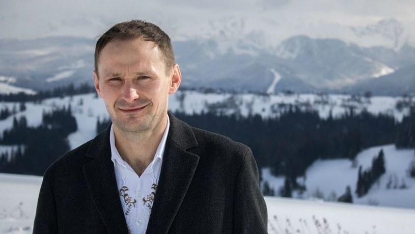 """W Wielkanoc poznaliśmy 10 kandydatów do kolejnej edycji programu """"Rolnik szuka żony"""". Jednym z nich jest 38-letni góral Andrzej, który mieszka w Zębie i jest sąsiadem... Kamila Stocha."""