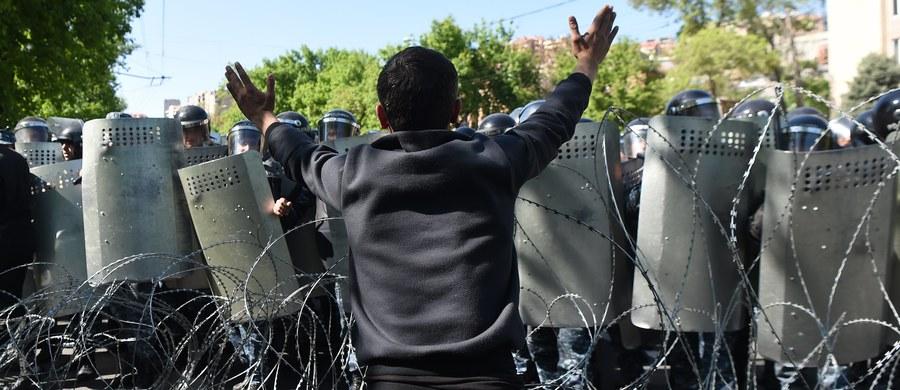Lider opozycyjnego liberalnego bloku Elk (Droga Wyjścia), deputowany parlamentu Armenii Nikol Paszynian ogłosił, występując na wiecu w centrum Erywania, początek aksamitnej rewolucji. W kraju od piątku trwają protesty przeciwko nowemu premierowi.