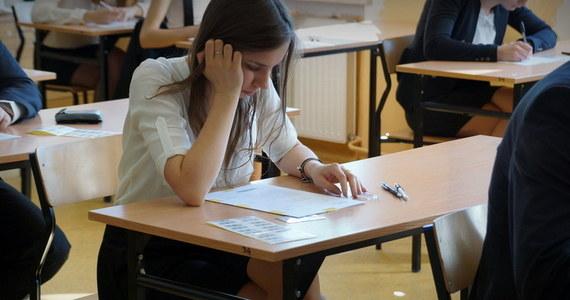Prawie 350 tys. uczniów klas III gimnazjów w całym kraju będzie w środę, czwartek i piątek pisało obowiązkowy egzamin gimnazjalny. Pierwszego dnia będzie sprawdzana ich wiedza humanistyczna. Wszystkie arkusze i odpowiedzi będą pojawiać się na naszej stronie internetowej.